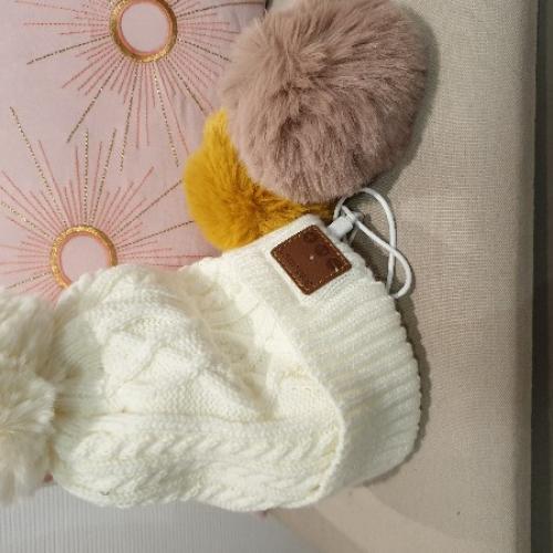 Set Bonnet doublé polaire , connecté, pompons amovibles un bonnet et trois pompons